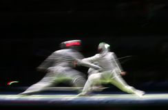 两位男性操刀的运动员战斗 免版税库存图片