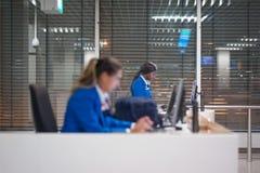 两位空中小姐在计算机的检查信息 库存图片