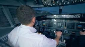 两位空军在飞行中模拟器,在驾驶舱内拿着舵 4K 股票录像