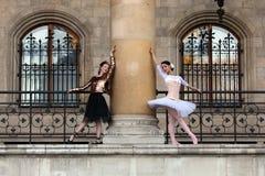 两位美好芭蕾舞女演员跳舞室外 图库摄影