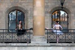 两位美好芭蕾舞女演员跳舞室外 免版税库存图片