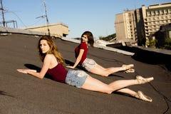 两位芭蕾舞女演员画象屋顶的 库存图片