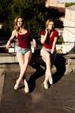 两位芭蕾舞女演员画象屋顶的 免版税库存照片