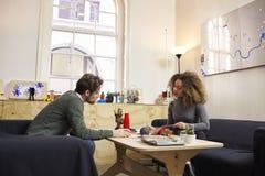 两位设计师开创造性的会议在现代办公室 免版税库存图片