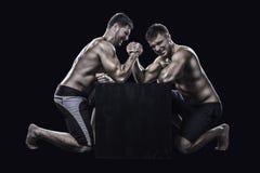 两位运动员武器角力 免版税库存照片