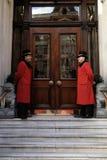 两位门房在旅馆` s入口外边 免版税库存照片