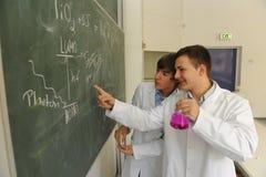 两位年轻化学科学家 免版税库存照片