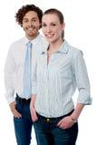 两位年轻商业主管摆在 库存图片