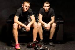 两位年轻拳击手在训练前放松 免版税库存图片