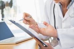 两位医生的特写镜头中间部分在会议 免版税库存照片
