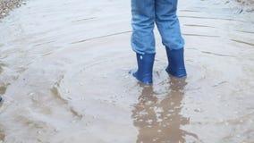 两使用在水坑的愉快的孩子在雨以后 影视素材