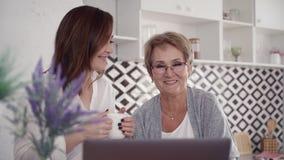 两使用膝上型计算机ta的妇女在家打网上视频通话 影视素材