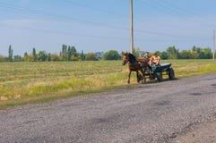 两使用马车和手推车的农民作为生态运输 图库摄影