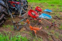 两供以座位为种植使用的土豆机器被钩 免版税库存图片