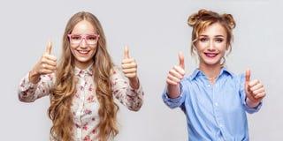 两便装样式的愉快的美丽的白肤金发的年轻女人画象与构成和发型身分,赞许,看 免版税库存照片