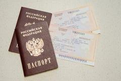 两俄罗斯联邦和两张票的公民的护照在火车 免版税图库摄影