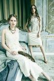 两俏丽的双一起豪华房子内部的姐妹白肤金发的卷曲发型女孩,富有的年轻人概念 库存照片