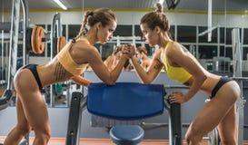 两健身妇女 免版税库存图片