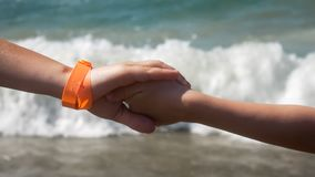 两儿童接近的海背景 免版税库存图片