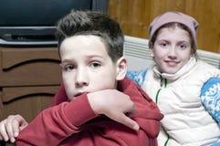 两儿童摆在 免版税库存照片