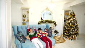 两兄弟` s孩子不要完成他们的父母`定货和显示牢骚坐蓝色沙发  股票录像