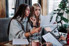 两关于文件,伙伴的女实业家谈论计划或想法和观点会议 库存图片