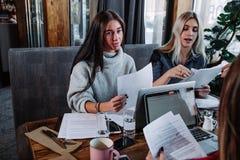 两关于文件,伙伴的女实业家谈论计划或想法和观点会议 库存照片