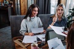 两关于文件,伙伴的女实业家谈论计划或想法和观点会议 免版税库存照片
