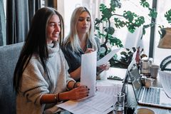 两关于文件,伙伴的女实业家谈论计划或想法和观点会议 免版税库存图片