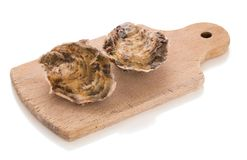 两关闭了在被隔绝的一个木切板的牡蛎 免版税库存照片