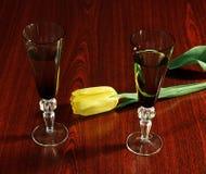 两典雅的杯在黑暗的木背景的酒 库存图片
