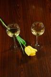 两典雅的杯在黑暗的木背景的酒 免版税图库摄影