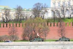 两军车和一辆警车在克里姆林宫墙壁附近 免版税库存照片