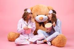 两冲击了在睡衣打扮的俏丽的女孩 免版税库存照片