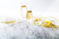 两凹槽玻璃用在大理石背景的香槟 免版税图库摄影