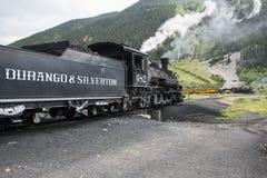 两列火车、杜兰戈和Silverton窄片铺铁路以蒸汽引擎, Silverton,科罗拉多,美国为特色 免版税库存照片