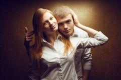 两华美的微笑的红发时尚画象孪生 库存照片