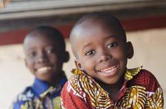 两华美的非洲儿童画象户外微笑和Laug 免版税库存照片