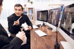两卫兵吃午餐在工作场所 免版税库存图片