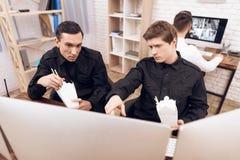 两卫兵吃午餐在工作场所 库存照片