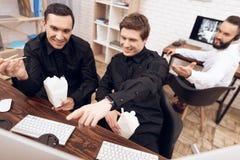 两卫兵吃午餐在工作场所 库存图片