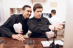 两卫兵吃午餐在工作场所 免版税库存照片