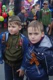 两历史军服的十几岁的男孩 免版税库存图片