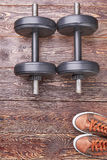 两双哑铃和运动鞋 库存照片