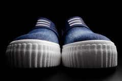 两双牛仔布鞋子 免版税图库摄影