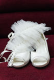 两双白色新娘婚礼容易的鞋子 库存照片