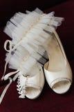 两双白色新娘婚礼容易的鞋子 库存图片