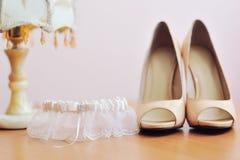两双白色新娘婚礼容易的鞋子 免版税库存图片