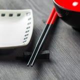 两双筷子和白色板材 免版税库存图片