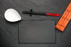 两双筷子和白色碗在黑石背景与copyspace 库存图片